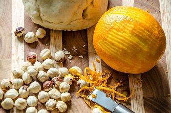 Обжаренные фундук и цедра апельсина