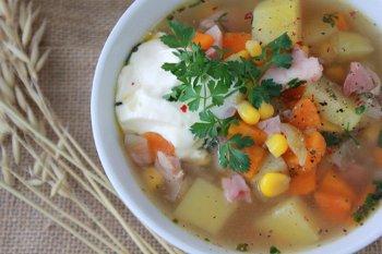 Готовый суп с кукурузой и индейкой подают со сметаной или сливками