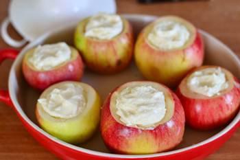 Яблоки наполненные творожной массой в форме для запекания
