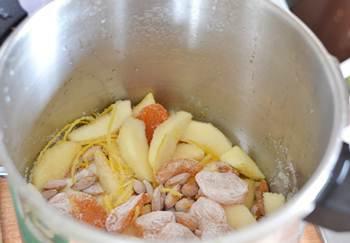 Яблоки с курагой миндалем и лимонной цедрой  лимонным соком перемешанные с сахаром