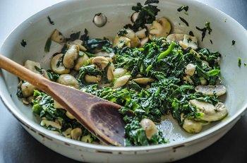 Со шпинатом жарятся грибы до полного испарения жидкости