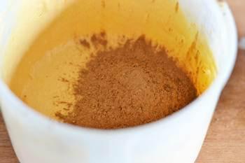 К одной трети тыквенного тесто добавляется какао