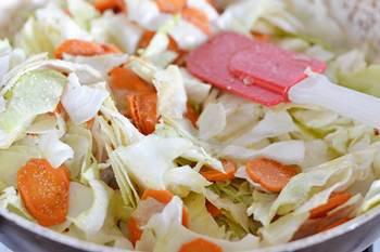 Капуста и морковь тушатся в сковороде политые кипятком