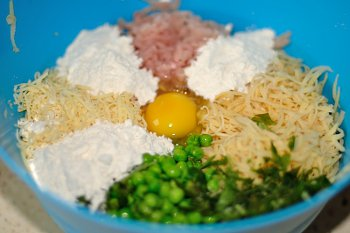 Картофель фарш индейки горошек мука сыр яйцо