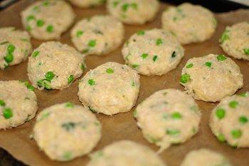 Картофельные котлеты с индейкой горошком и сыром на противне