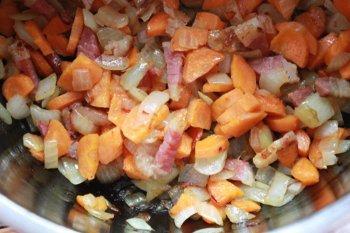 Обжаренные лук морковь и бекон приправленные вином