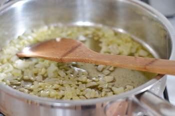 Мелкопорезанные лук и чеснок тушатся на растительном масле