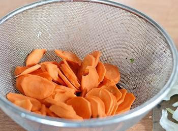 Вымытая и очищенная морковь нарезанная тонкими кружочками