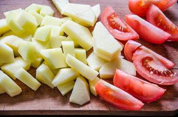 Нарезанные картофель и помидоры для шурпы в мультиварке
