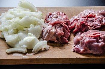 Измельченный лук и нарезанная крупными кусками баранина