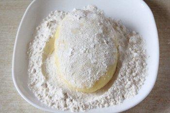 Картофельную зразу с мясом обваливаем в муке