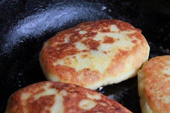 Картофельные зразы обжариваются на растительном масле на сковороде