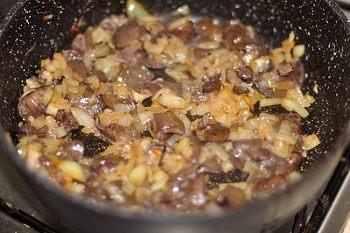 Мелко порезанный лук обжаривается с грибами и чесноком