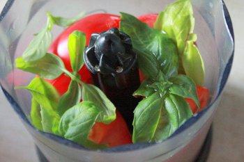Помидор базилик растительное масло и специи в блендере