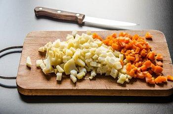 Отваренные и очищенные картофель и морковь нарезаем мелким кубиком