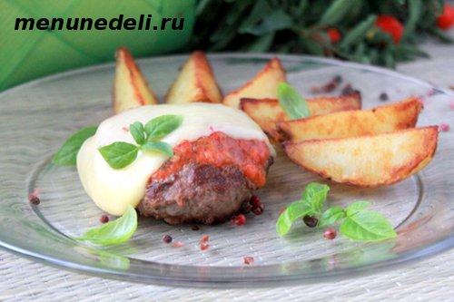 Рецепт бифштекса из рубленой говядины с сыром и нежным соусом