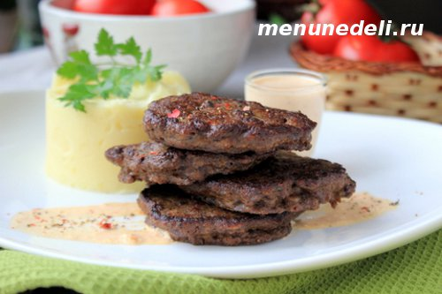 Рецепт печеночных оладьев с пюре из картофеля и сметанным соусом