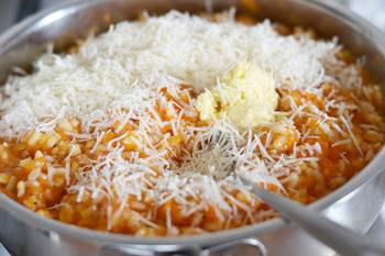 Рис с добавлением тыквенного пюре сыра и сливочного масла