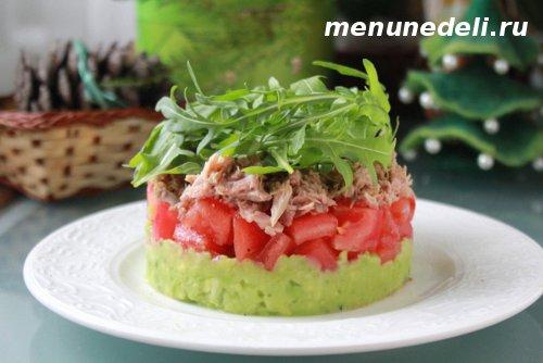 Слоеный салат с консервированным тунцом авокадо и помидорами с рукколой