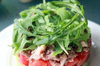 Салат с консервированным тунцом украшен рукколой