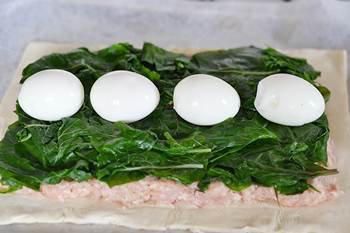 Лист слоенного теста с фаршем листьями мангольда и яйцами