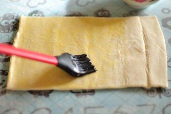 Размороженное слоеное тесто смазывается взбитым яйцом