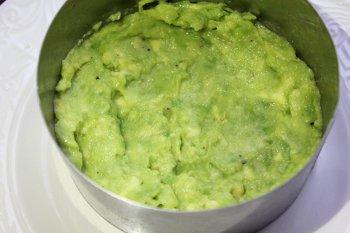 Авокадо выложенное на тарелку в металлическом кольце