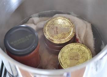 Стерилизация закупоренных банок с вареньем из помидоров