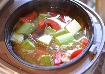 Суп рататуй с овощами варится в мультиварке