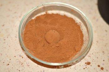 Готовые трюфели обваливаются в какао порошке