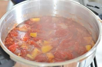 Варенье из помидоров с лимоном варится на небольшом огне