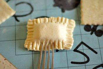 Пирожок из слоенного теста защипывается вилкой