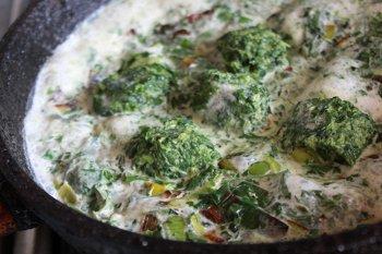 К обжаренным луку чесноку шпинату и петрушке добавляем сливки
