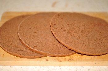 Разрезаем шоколадный бисквит на три тонких коржа