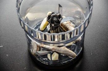 Очищенный чеснок и филе анчоусов перед измельчением в блендере