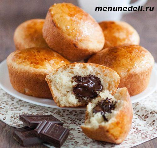 Дрожжевые булочки с шоколадом в виде кексов