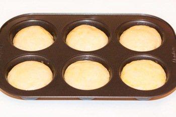 Дрожжевые булочки в форме для кексов на расстойке