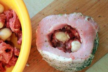Свинина плотно начиняется приправленным фаршем с грибами