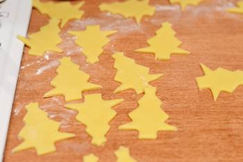 Елочки вырезанные из песочного теста специальной формой