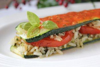 Готовый цуккини с рисом поливают томатным соусом и украшают базиликом