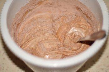 Яично сахарную смесь перемешиваем с мукой какао и разрыхлителем