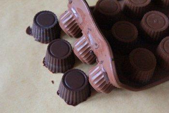 Выворачиваем застывшие конфеты из специальной формы