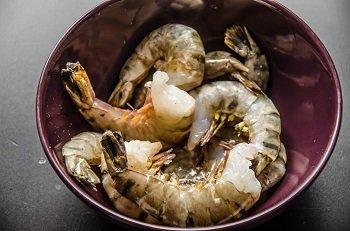 Приготовление крупных  креветок для добавления в салат цезарь