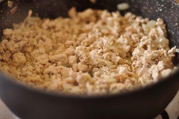 Куриный фарш обжаривается с луком чесноком и специями
