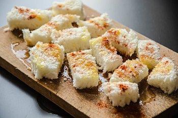 Хлеб порезанный кубиками и посыпанный солью и паприкой