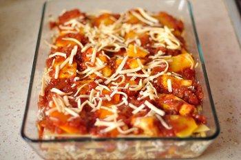 Лазанья с курицей тыквой томатным соусом сыром перед помещение в духовку