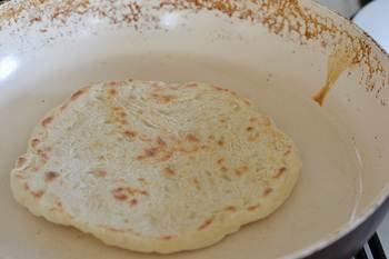 Лепешки пекутся на разогретой сковороде с двух сторон