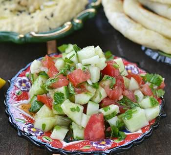 Салат из помидоров огурцов и зелени с хумусом