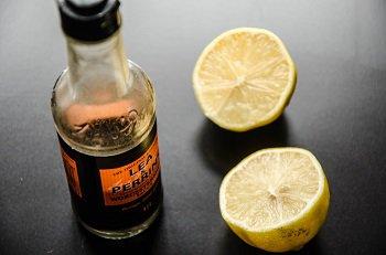 Половинки лимона для выжимания сока и вустерский соус