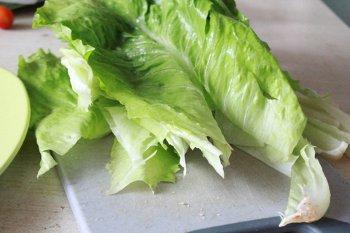 У листьев салата удалена толстая средняя часть